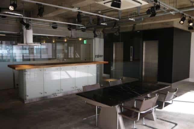 しんかする居抜き カウンターキッチンがある居抜きオフィス